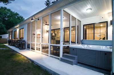 Screened porch + hot tub