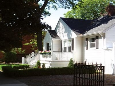 THE TOWN COTTAGE.. close to everything in town including fine restaurants.