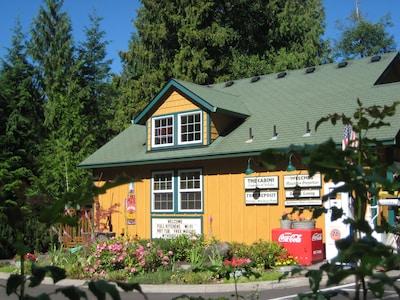 Cabins Creekside for 4 Mt Hood Recreation: Skiing, Biking, Hiking, Fishing and