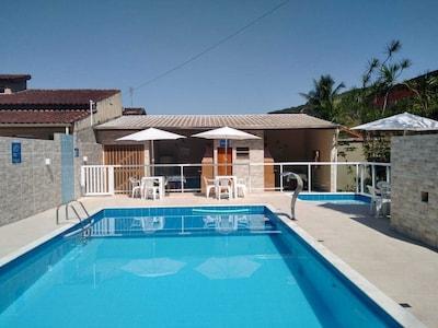 Apartamento de 2 dormitórios, mobiliado com piscina, próx a Martim de Sá.