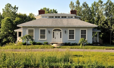 Historic country home near wineries, beaches, cycling, fine dining and more.