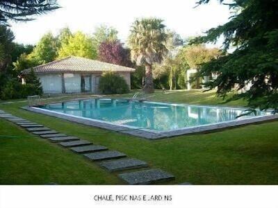 Vue du chalet avec la piscine