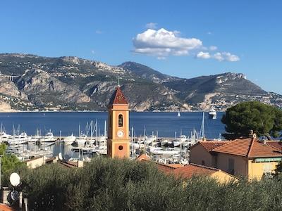 Vues panoramiques sur la mer, grandes terrasses sur le toit, 3 chambres, 3 bains, centre du village