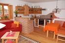 Wohnküche mit Kachelofen (rechts im Bild)