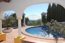 Blick von der Terasse auf den Pool