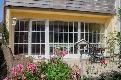 Großzügige Terasse & Garten im Erdgeschoss, Blick ins Wohnzimmer