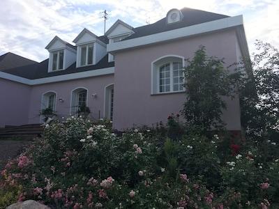 Das Haus von vorne, FeWo liegt seitlich in Südausrichtung