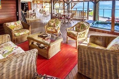 Vue d'ensemble sur mer,  salons, jacuzzi, salle à manger, terrasses ouvertes