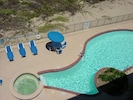 Enjoy the Jacuzzi and the swimmingpool