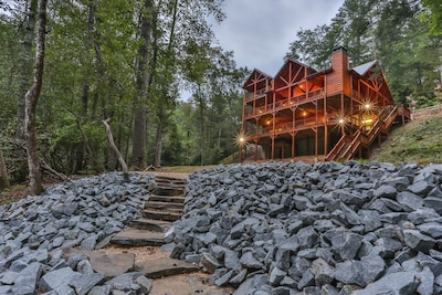 Massive Luxury N Ga Cabin Rental with 750 feet of River frontage, big yard