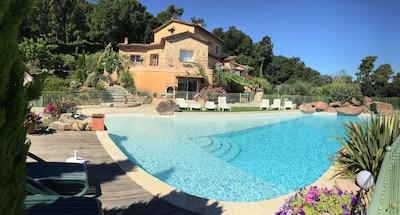 panoramique de la maison et de la piscine