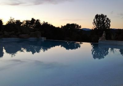piscine au crépuscule