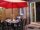Gite Céladon: terrasse, table et chaises extérieures, barbecue, petit jardin cloturé
