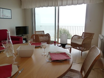 Salon avec accès sur la terrasse et vue sur l'océan