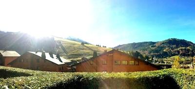 Orientation plus sud avec terrasse et vue sur le village et les massifs.