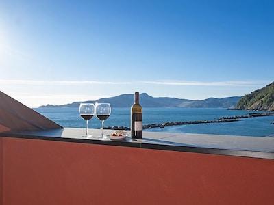 aperitivo su terrazzo vista mare