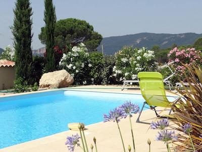 Impresionante casa de 4 dormitorios con piscina privada y jardín vallado.