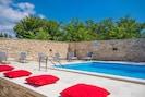 Warme und sonnige Lage, Pool, Sonnenliegen