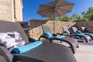 Liegestühle und Sonnenschirme in absoluter Privatsphäre