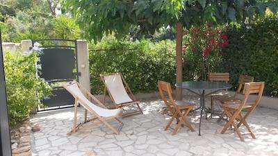 Terrasse en rez de jardin entourée de verdure