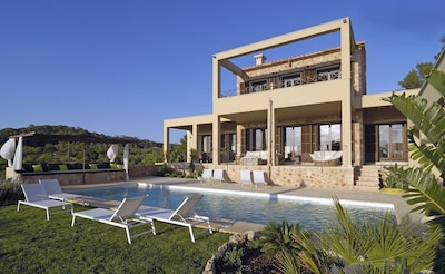 Frontansicht der Finca mit Pool-Lounge