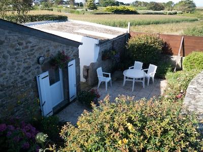kleiner Hinterhof mit Terrasse
