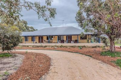 Beautiful Australian bush homestay 1 hr from Perth and 10 mins from Mandurah.