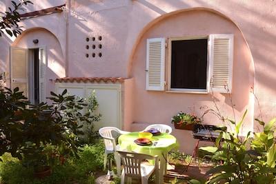 Accogliente bilocale 2-4 posti letto con giardino in posizione centrale