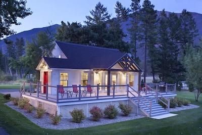 Premier Lake House just 22 min. to Glacier Park. Fabulous Lake & Mtn Views.