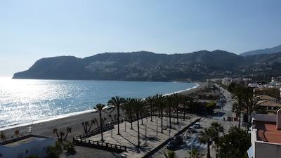 Amplio apartamento de estilo español en una elegante ubicación en la playa.