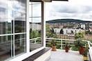 Schöne Aussicht auf die Stadt von der Terrasse
