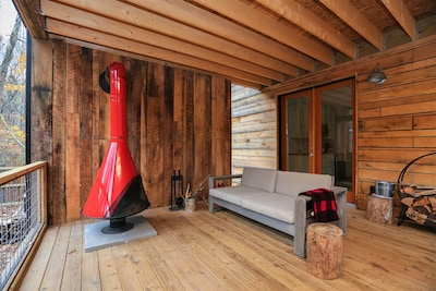 Hip cabin with hot tub, fire pit, creek, nearby hiking, Uber downtown.