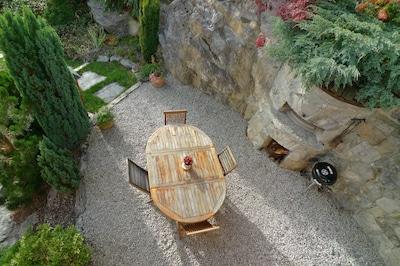 Terrasse bien indépendante avec mobilier et barbecue