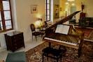 Piano non accessible sauf demande de pianiste. Mais un piano droit à disposition