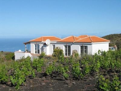Typisch kanarisches Haus mit Blick auf das Meer