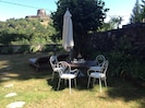 Un petit déjeuner dans le jardin en compagnie du chant des oiseaux