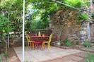 Sous la tonnelle, profitez du calme et savourez vos repas en extérieur!