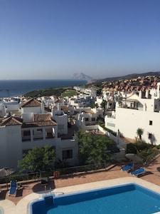 Ático con piscina e increíble vista panorámica de 270 grados hacia Gibraltar.