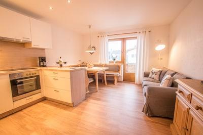 Die große Küche bietet viel Platz zum Kochen und Beisammensitzen.