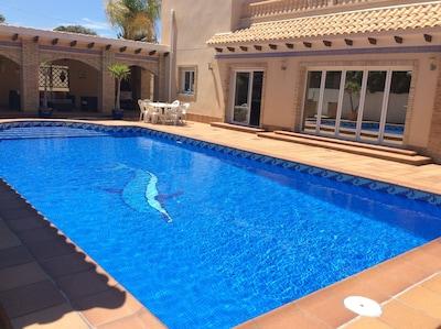 Fabelhafte moderne Villa mit 5 Schlafzimmern im Zentrum von Cabo Roig mit privatem Pool