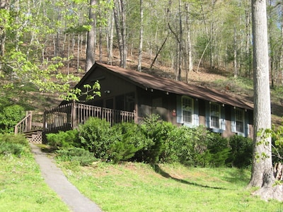 Blue Shutter Cottage is a cozy 1bedroom, 1bath vacation rental near Murphy, NC.