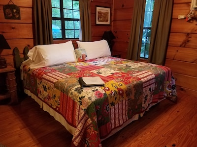 Charming pet-friendly cabin with hot tub for two: Your perfect mountain retreat!