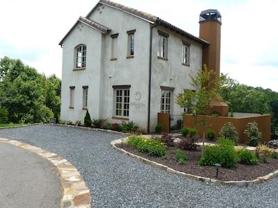 Front view of Villa della Luna