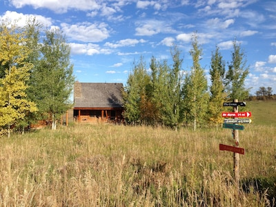 Classic log cabin in fields, level driveway to quiet dead end road, 7 mi to town