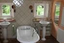 Salle de bains attenante avec baignoire et douche attenante à la suite parentale