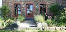 Maison ARLO Eingang mit Lavendelhecke und Kräuterbeeten