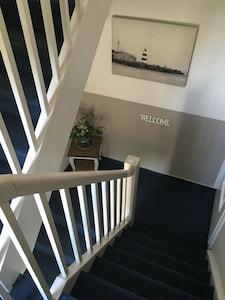 Eingangsbereich mit separatem Eingang, Treppenhaus, optional Kindertreppenschutz