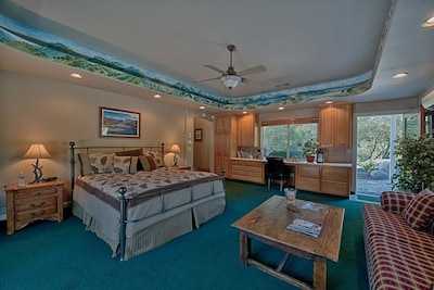 Kaweah Gem Suite- over 600 sq. ft. of beautifully appointed space, Cal King bed