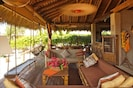 La Casita living/estancia area- Open to the ocean
