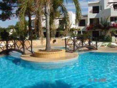 CON AIRE COMPLETO, WIFI gratuito, Lujoso apartamento de 2 dormitorios en el galardonado resort